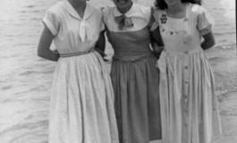 Elena Armas, Pilar Martinón (Pichichi) y otra amiga en 1950. Colecc. Familia Martinón.