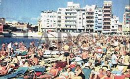 La playa de Las Canteras en la portada del periódico ABC en 1967.