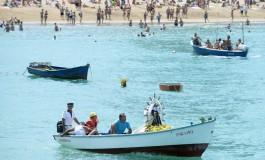 La Virgen del Carmen sale de procesión por Las Canteras y la Bahía de El Confital.