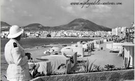 Policía de playa con salacot. Sobre 1960