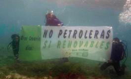 """Desde los fondos de la playa de Las Canteras """"No petroleras, si renovables""""."""