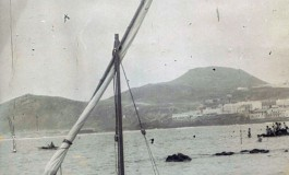 """José Perdomo de """"Los Paindos"""" con su barquillo a vela. Sobre 1960- Colecc. Familia Perdomo."""