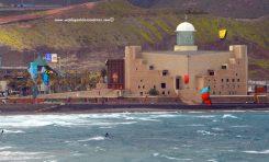 El espectáculo de los kites surf en Las Canteras