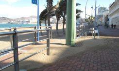 Incidencias en el paseo y playa de Las Canteras por el temporal de viento