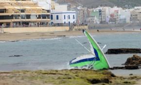 El aterrizaje forzoso de un ala delta en la playa de Las Canteras ( toda la secuencia)