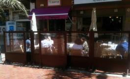 El Ayuntamiento empieza a permitir las mamparas corta viento en las terrazas de Las Canteras y sus calles colindantes.