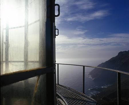 """img_41208.044837963_3-    """"El paisaje de las Islas Canarias está definido por la silueta de sus costas, marcado por la historia de sus comunicaciones, atrapado por la influencia de marinos y barcos, señalado por la luz de unos faros que guiaban entre las estrellas, las olas y las rocas""""    """"Desde niño, los faros, las farolas o los torreros siempre me ilusionaron. La vida aventurera o solitaria que nos transmitió Julio Verne con """"El faro del fin del mundo"""", las narraciones antiguas de las Maravillas del Mundo, del faro de Alejandría y el Coloso de Rodas, dejaron la idea de la gran utilidad de los faros y farolas en la navegación, así como el carácter de servicio a los demás de los torreros y su sistema de vida, solo o acompañado, en lugares inhóspitos y la mayoría de las veces abandonados de la mano de los hombres y de Dios""""    <img src="""
