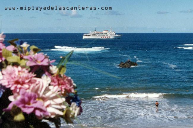 """El Armas """"Volcán de Tenagua"""" navegando muy cerca de La Barra."""