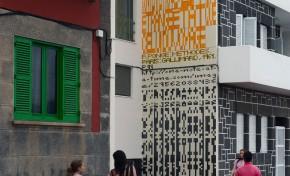 """""""Mon Cher Ami"""" nueva intervención sobre medianera del paseo de Las Canteras, obra de la artista Laura González Cabrera."""
