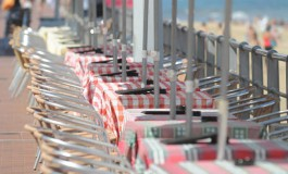 """Nuevas propuestas para regenerar Las Canteras y El Confital (I) """"Retranquear todos las mesas y sillas del lado de la barandilla a la fachada de los locales"""""""