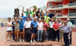 Después de 30 años pateando la playa y el paseo de Las Canteras, Castellano, el policía local/turístico, se jubila. Esta es la fiesta que sus compañeros y amigos le montaron este miércoles.