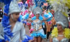 Galería fotográfica: Los grupos del Carnaval pasean su colorido por el paseo de Las Canteras