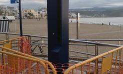 Se coloca en el paseo un poste para avisar de las emergencias