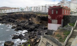 La playa de El Confital continuará cerrada al baño al menos hasta el próximo viernes