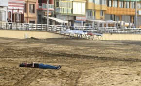 Soñando despierto sobre la arena de Las Canteras