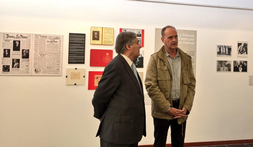 """José Medina (izq.) y Sergio Millares, en la exposición """"El compromiso canario de Negrín y Pascua, 1931-1933"""", en el Centro Cultural Pepe Dámaso."""