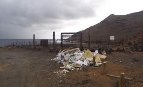 La aparición de una montaña de escombros en El Confital crea mucha indignación