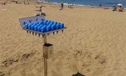 10.000 ceniceros no evitan las colillas en la arena de Las Canteras