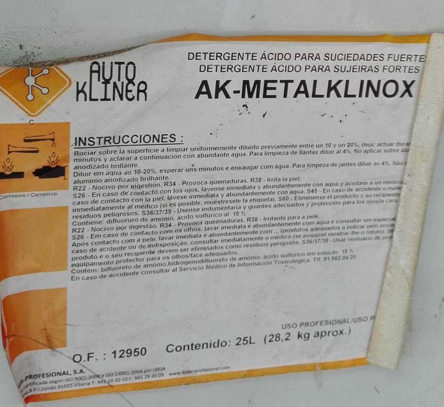 Instrucciones sobre el acido dentro de la camioneta de mantenimiento