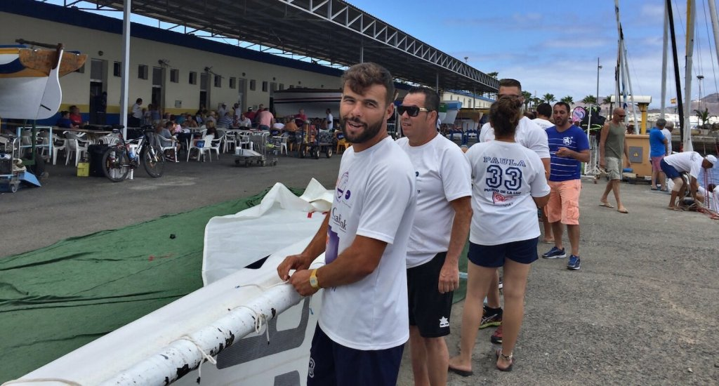 Onán Barreiros, en primer plano, y otros miembros de su tripulación , durante el arranche del bote.