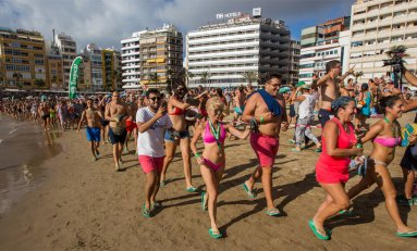 Caen dos nuevos récords Guinness en Las Canteras, con la mayor tabla de paddle surf y la carrera más multitudinaria con cholas