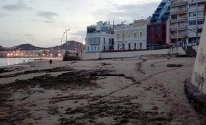 La arena comienza a cubrir las rocas de Playa Chica