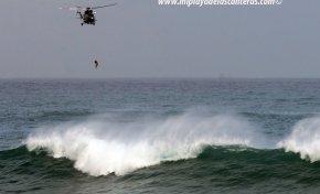 El helicóptero saca del mar al hombre desaparecido en La Puntilla