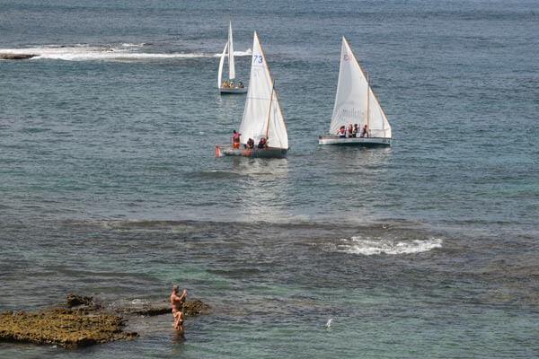 Los barquillos de regreso navegan por dentro de la Barra