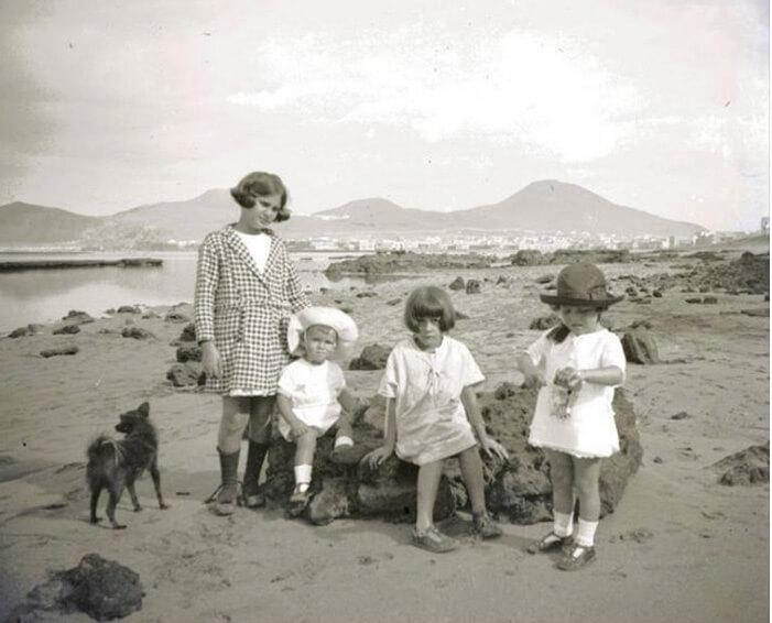 Niños posando frente al muro Marrero