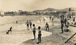 Un día de 1920 en la playa de Las Canteras