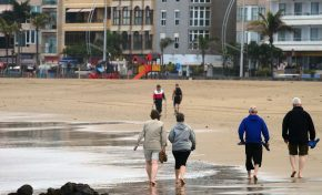 Por qué hay que quitarse los zapatos cuando bajas a la arena de la playa