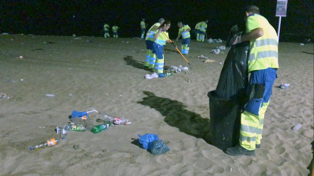 Limpieza del Ayuntamiento recoge cerca de 11.000 kilos de basura de Las Canteras por la noche de San Juan
