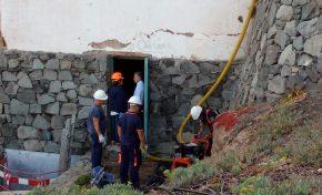 El Ayuntamiento inspecciona las viejas galerías de saneamiento en la costa para localizar posibles vertidos que afecten a El Confital