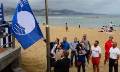 Ya ondea la bandera azul 2017 en la playa de Las Canteras
