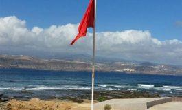 El Ayuntamiento vuelve a cerraral baño la playa de El Confital por aumento de enterococos