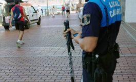 Entregamos a la policía de playa un gran fusil de pesca submarina encontrado en Las Canteras