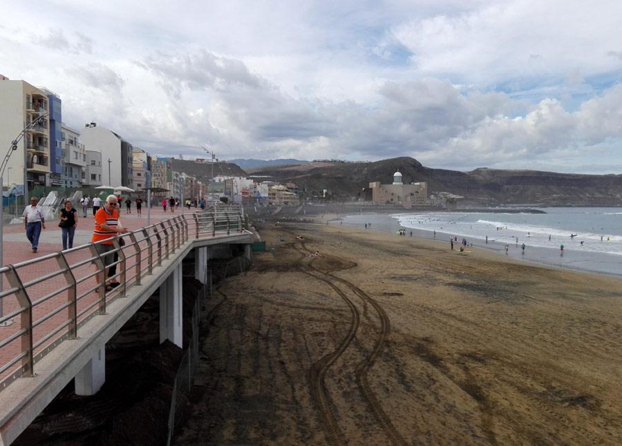 El ayuntamiento acomete el traslado de arena excedente de la zona de La Puntilla hacia la Cicer