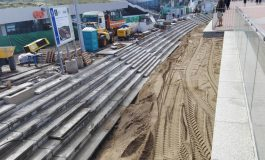 Los 2.500 metros cúbicos de arena ya están bajo la pasarela de la Cicer