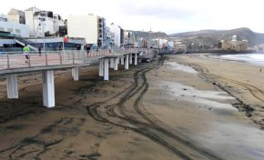 La primera gran marea del año se lleva la arena depositada bajo la pasarela