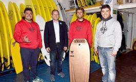 El concejal de Ciudad de Mar felicita a Kevin Orihuela primer clasificado en el Tour Europeo de bodyboard