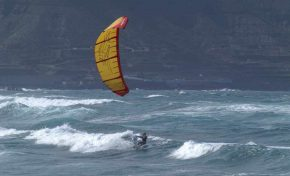 ¿Sabías qué practicar Kitesurf en Las Canteras está prohibido?
