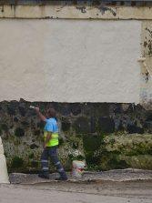 Una mano de pintura para el muro de la playa