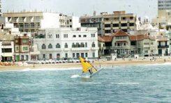 José Marrero saltando con su windsurf, década de los 90