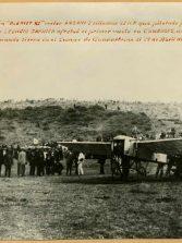 """Una foto histórica. El aviador Leoncio Garnier  con su avión """" Bleriot"""" en el campo de tierra de Guanarteme"""