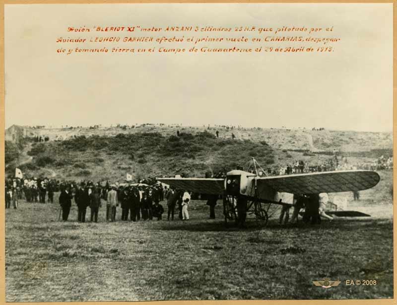 """Una foto histórica; el aviador Leoncio Garnier con su avión """" Bleriot"""" en el campo de tierra de Guanarteme"""