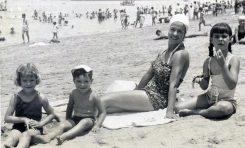 """Ser player@, de la Playa de Las Canteras. Lolina Marrero: """" Los niños salíamos cada mañana en verano después de desayunar a la playa, descalzos, con la toalla, el clavo y un membrillo"""""""