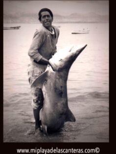 Pescador con tiburón en La Puntilla