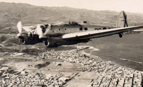 Sobrevolando Las Canteras y Las Palmas de Gran Canaria en 1960