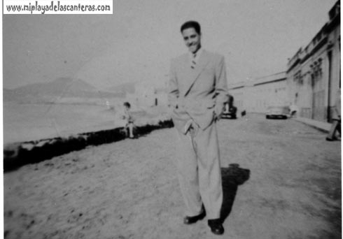 Un galán en el paseo de Las Canteras, 1952