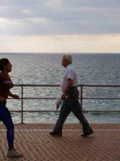 Se prohíbe la práctica de todo deporte en el paseo de Las Canteras entre las 8 y las 22 horas